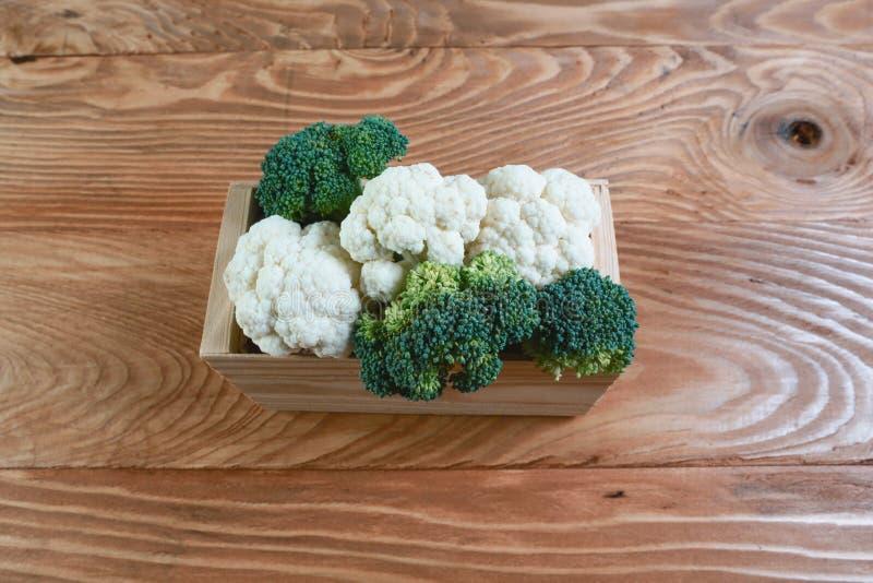 Surtido de coles en la caja en viejo fondo de madera Concepto local de la producción de la cosecha estacional de la cosecha Image fotografía de archivo