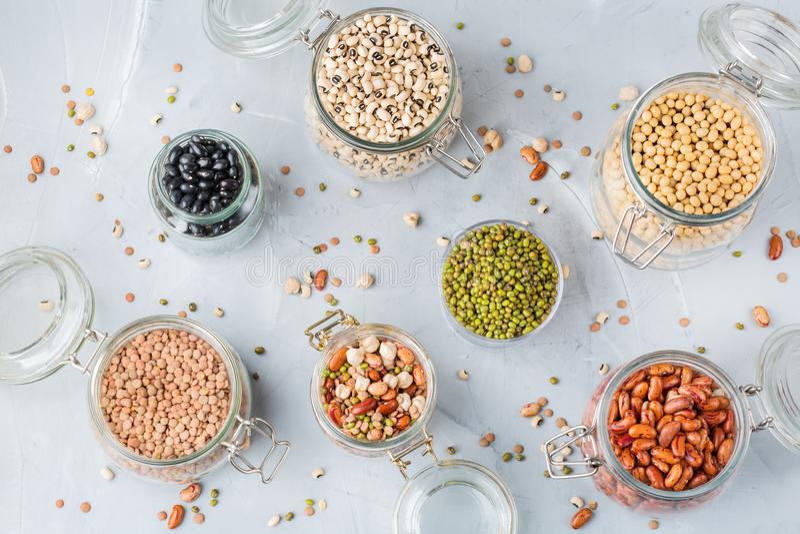Surtido de comida de la fuente de la proteína del vegano, legumbres, lentejas, garbanzos, habas imagenes de archivo