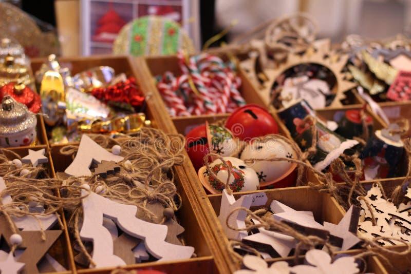 Surtido de decoración de madera para el árbol de navidad en las cajas de madera en tienda imágenes de archivo libres de regalías