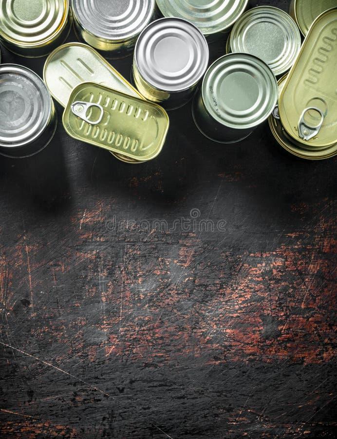 Surtido de diversas latas cerradas con la comida enlatada imágenes de archivo libres de regalías