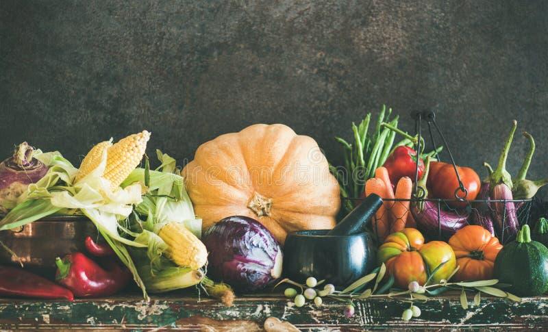 Surtido de diversas verduras del otoño del mercado local, espacio de la copia fotos de archivo libres de regalías