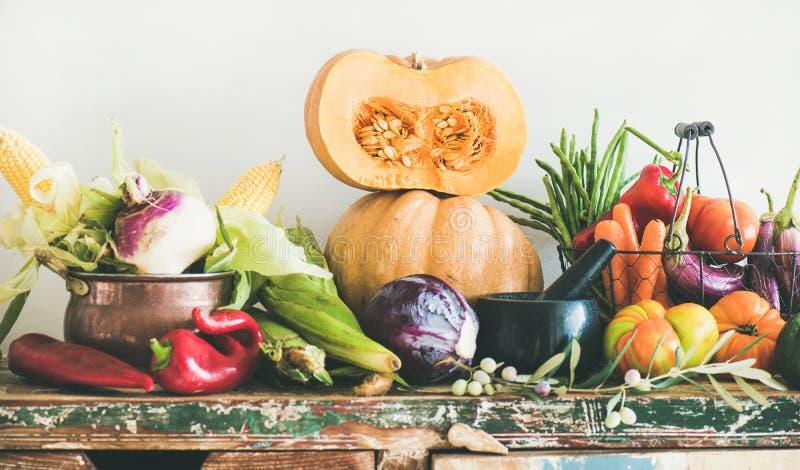Surtido de diversas verduras del otoño para cocinar sano imagen de archivo