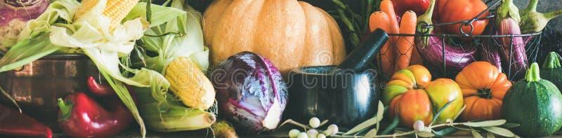 Surtido de diversas verduras del otoño para cocinar sano, composición ancha foto de archivo