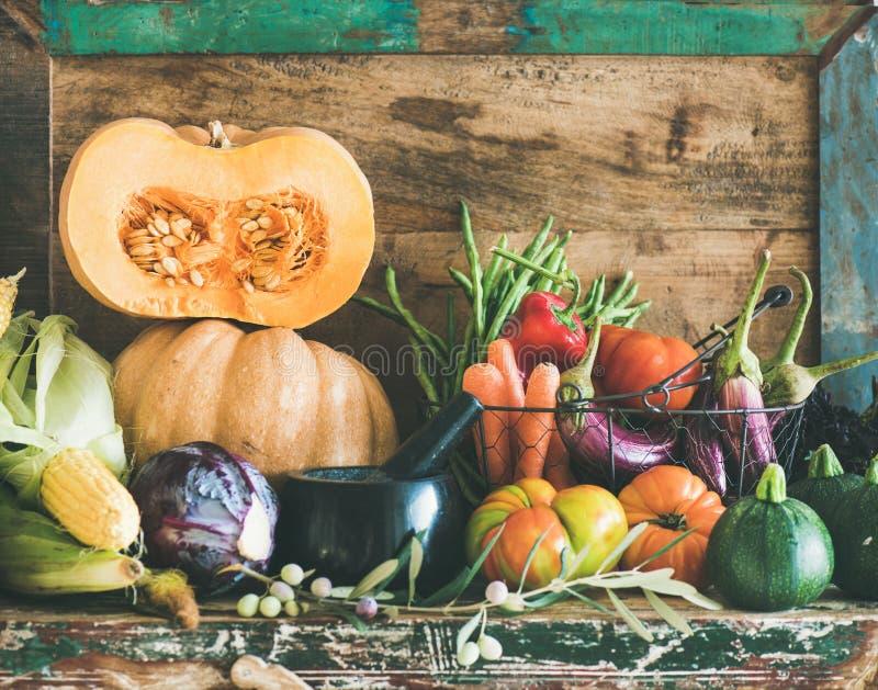 Surtido de diversas verduras del otoño para cocinar sano en armario foto de archivo libre de regalías