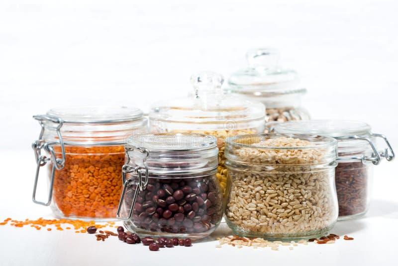 Surtido de diversos cereales y de legumbres en el fondo blanco imágenes de archivo libres de regalías
