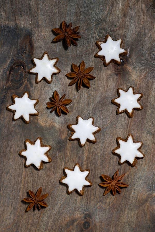 surtido de estrellas de las galletas de la Navidad en fondo de madera gris fotografía de archivo