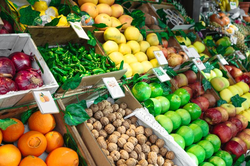 Surtido de frutas coloridas frescas en el mercado fotografía de archivo