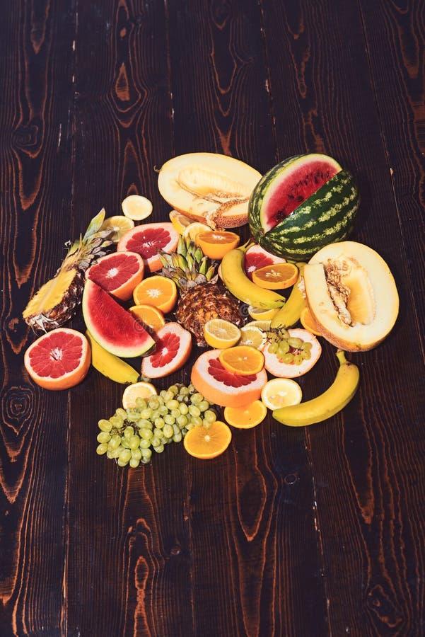 Surtido de frutas ex?ticas en fondo de madera fotografía de archivo