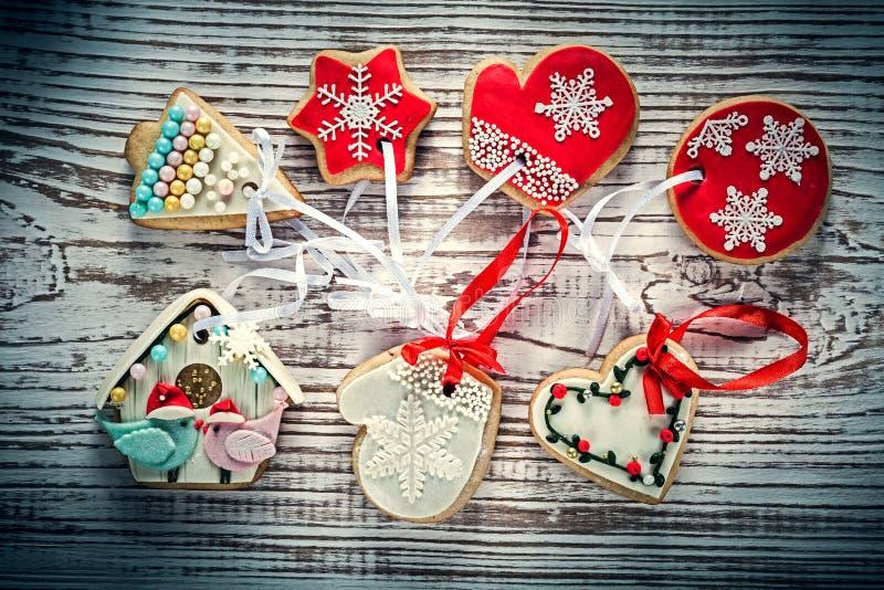 Surtido de galletas del pan de jengibre de la Navidad en el vintage BO de madera foto de archivo