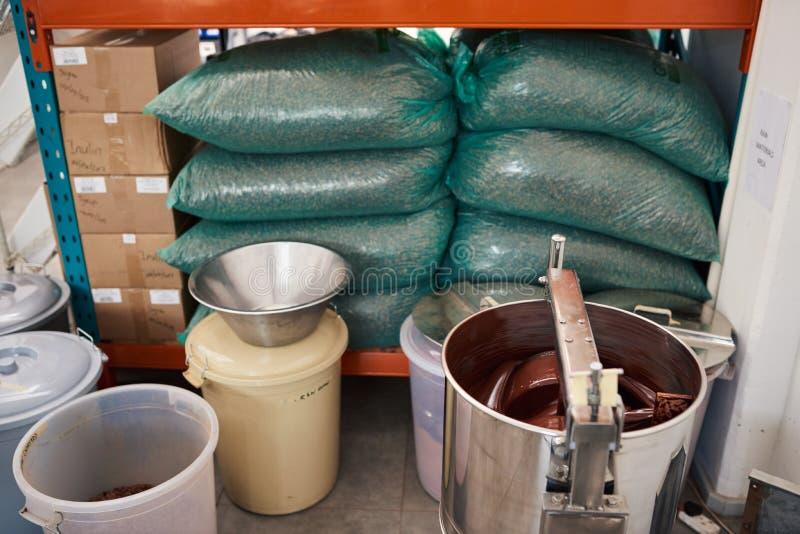 Surtido de ingredientes dentro de una fábrica artesanal de la fabricación de chocolate fotos de archivo libres de regalías