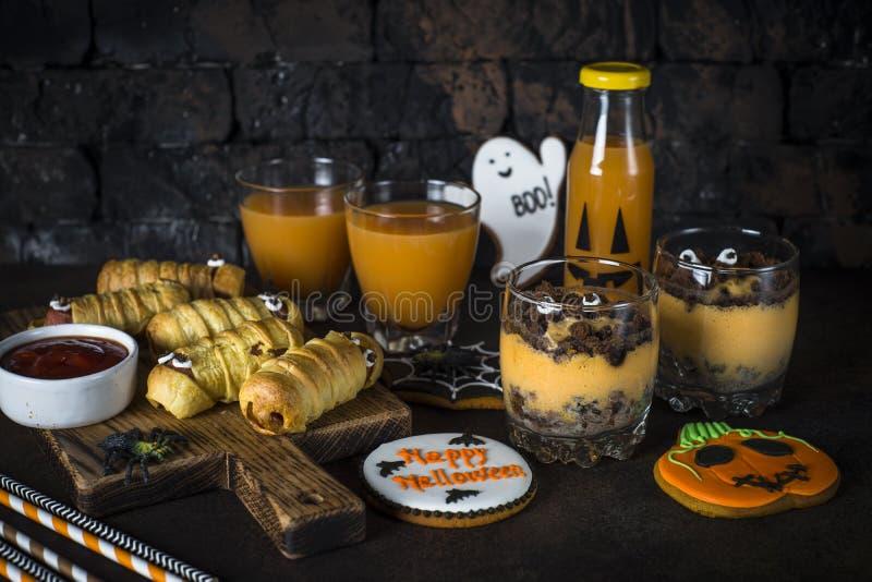Surtido de la comida de Halloween - momias del sasage, postre de la calabaza, ginebra imagen de archivo
