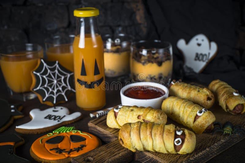 Surtido de la comida de Halloween - momias del sasage, postre de la calabaza, ginebra imágenes de archivo libres de regalías