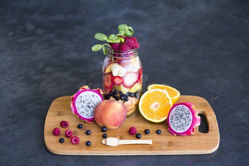 Surtido de la fruta en un tarro de albañil fotos de archivo