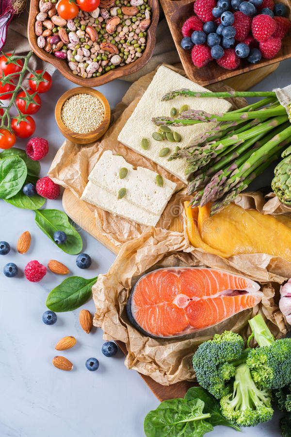 Surtido de la selección de comida equilibrada sana para el corazón, dieta fotos de archivo libres de regalías