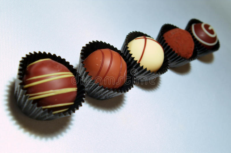 Surtido de las trufas de chocolate fotos de archivo