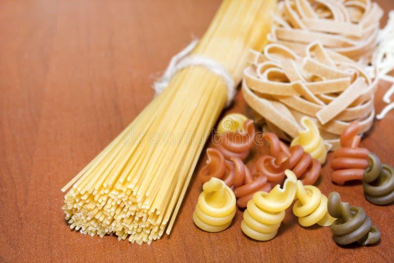 Surtido de los espaguetis de las pastas diverso foto de archivo