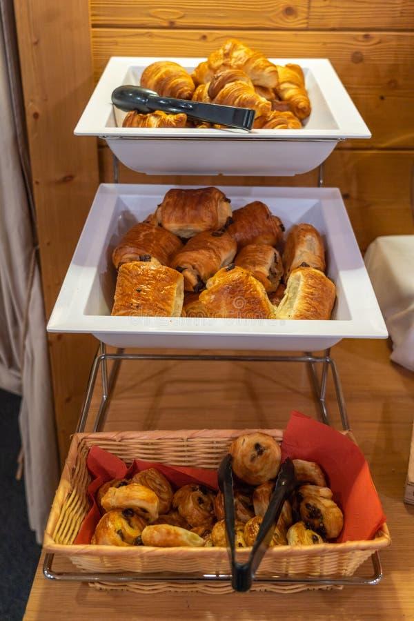 Surtido de pasteles frescos en la tabla en buffet del desayuno fotografía de archivo libre de regalías