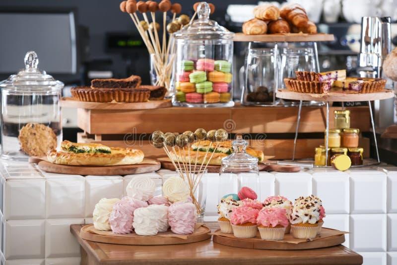 Surtido de pasteleses y dulces deliciosas en tienda imagenes de archivo