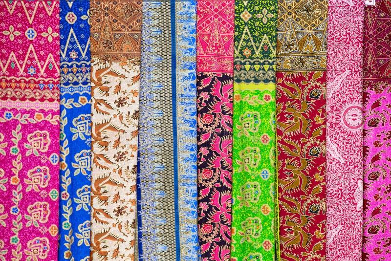 Surtido de sarongs coloridos para la venta, isla Bali, Ubud, Indonesia imagen de archivo