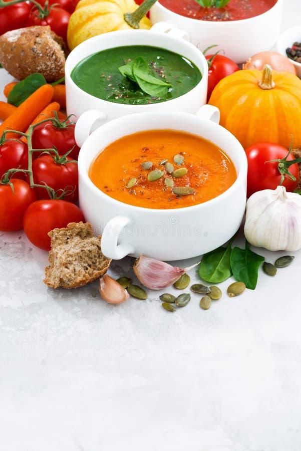 Surtido de sopas y de ingredientes poner crema vegetales fotos de archivo