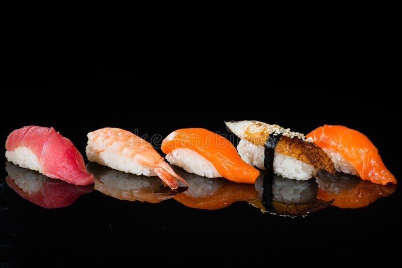Surtido de sushi del nigiri con el camarón, los salmones, el atún y la anguila fotografía de archivo