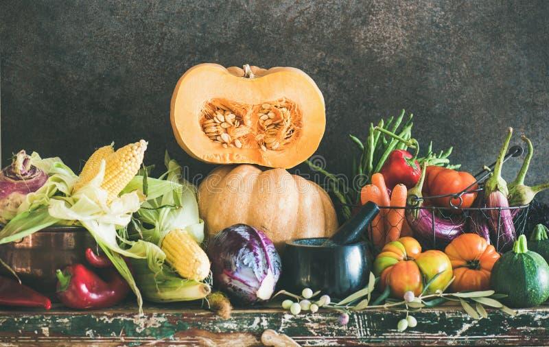Surtido de verduras frescas del diverso otoño para cocinar sano fotos de archivo