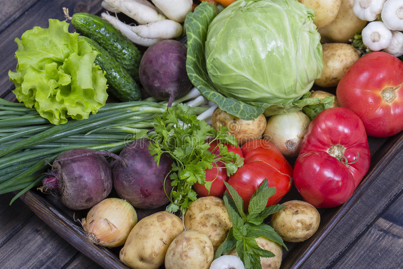 Surtido de verduras frescas en fondo de madera de la bandeja foto de archivo libre de regalías