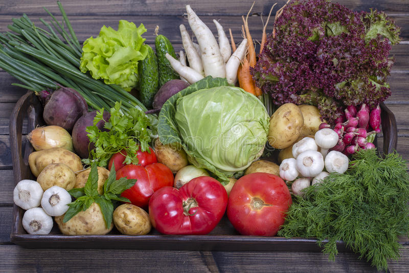 Surtido de verduras frescas en fondo de madera de la bandeja imagenes de archivo