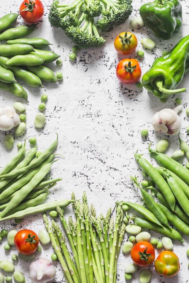 Surtido de verduras orgánicas frescas con el espacio en un fondo ligero, visión superior de la copia El espárrago, bróculi, habas fotos de archivo