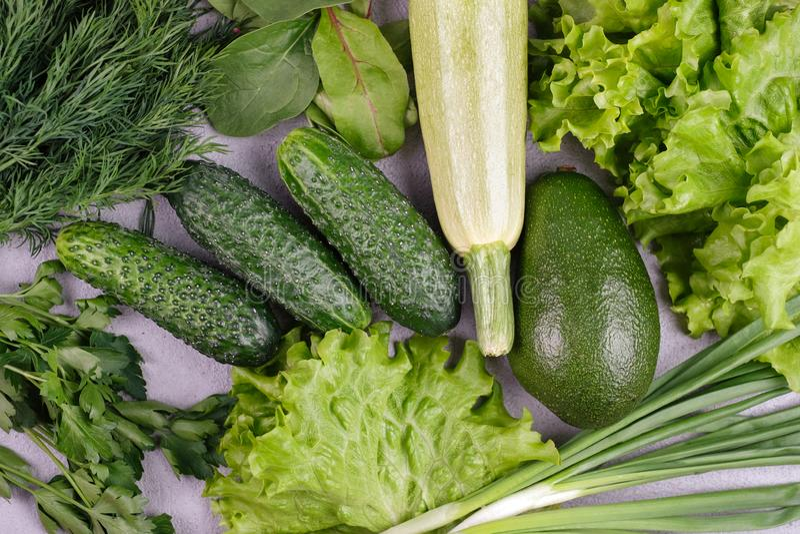 Surtido de verduras verdes orgánicas sanas para la consumición equilibrada fotos de archivo