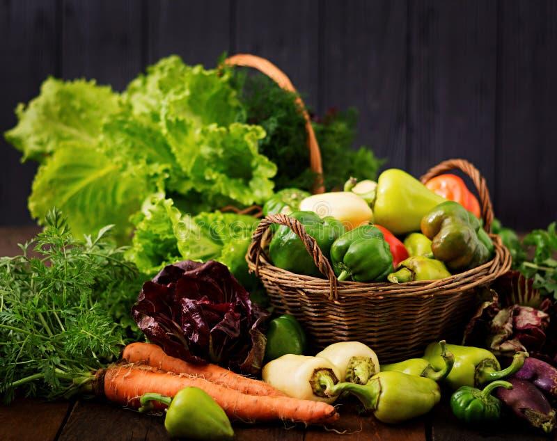 Surtido de verduras y de hierbas verdes mercado imágenes de archivo libres de regalías