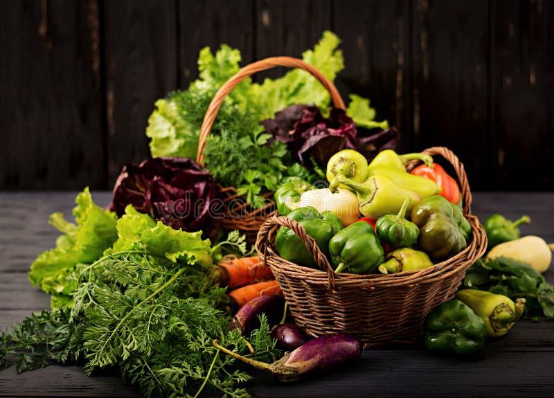 Surtido de verduras y de hierbas verdes mercado imagen de archivo