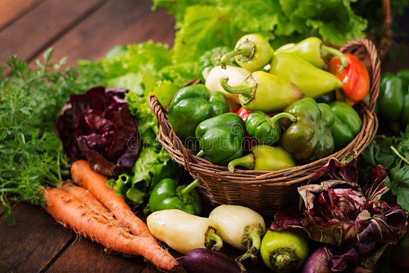 Surtido de verduras y de hierbas verdes mercado imagenes de archivo