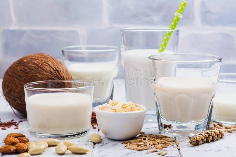 Surtido no de leche y de ingredientes del vegano de la lechería foto de archivo