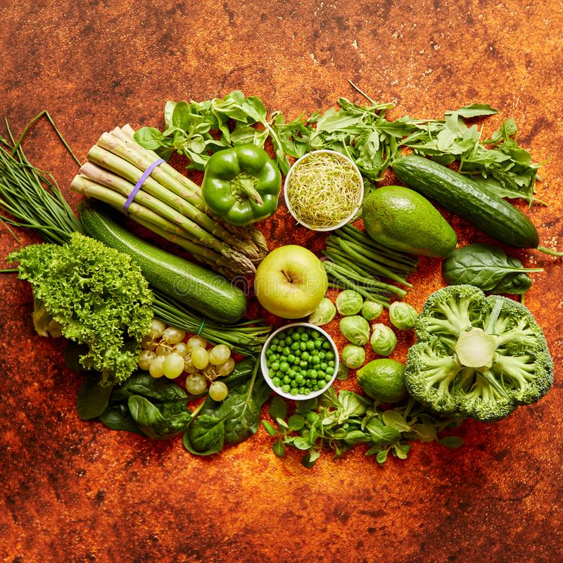 Surtido verde fresco de las verduras y de las frutas colocado en un metal oxidado imagen de archivo libre de regalías