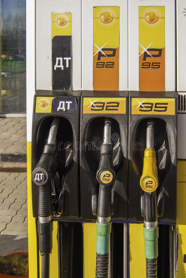 Surtidor de gasolina del detalle en la gasolinera auto, cierre para arriba imágenes de archivo libres de regalías