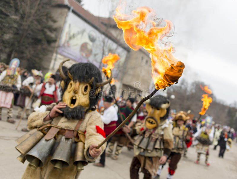 Surva-Maskenkostüm-Festivalfeuer stockfotografie