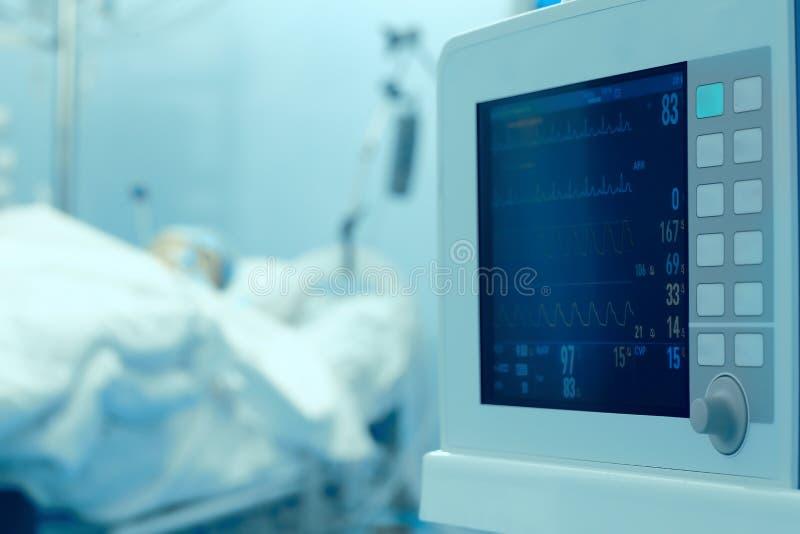 Surveillance d'horloge de patient dans les soins intensifs images libres de droits