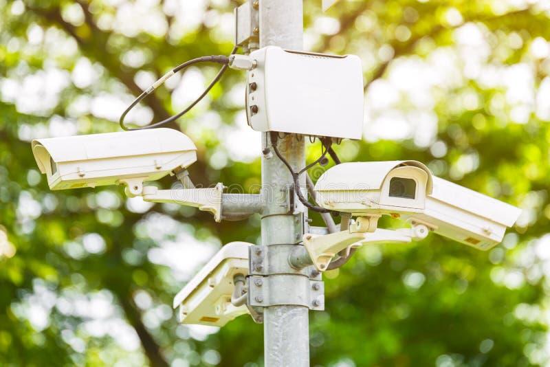 Surveillance de caméra de sécurité de télévision en circuit fermé en parc photos stock