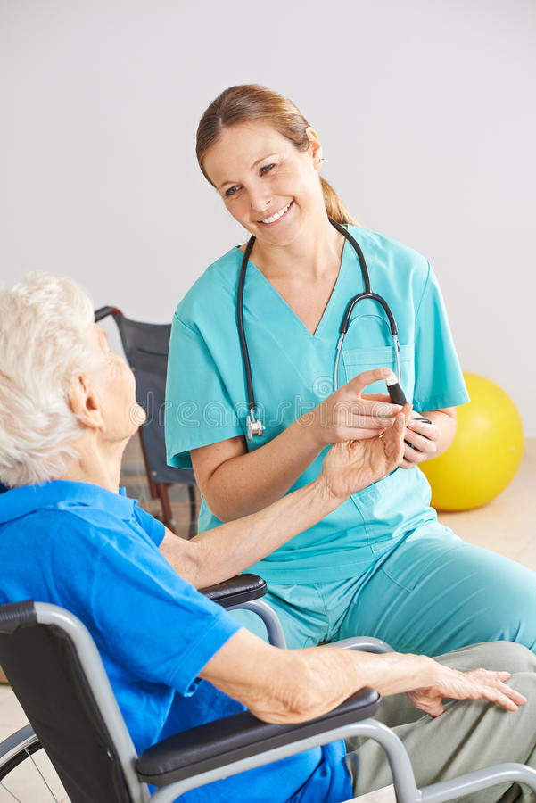 Surveillance de glucose sanguin de patient de diabète photographie stock libre de droits