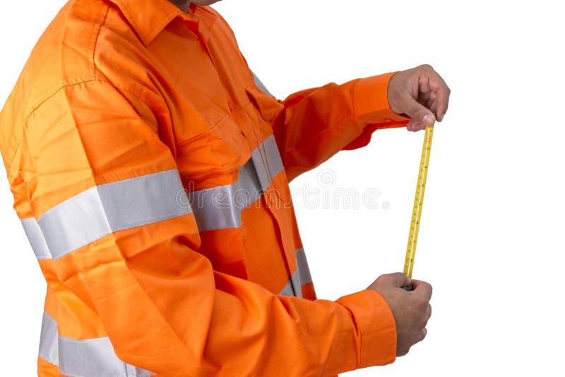 Surveillant avec le ruban métrique utilisant la haute chemise de visibilité sur a photo libre de droits