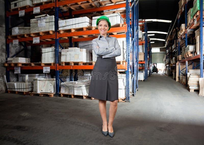 Surveillant féminin sûr à l'entrepôt photographie stock libre de droits