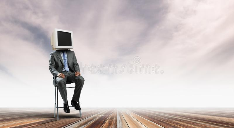 Surveillez l'homme d'affaires dirig? Media m?lang? images libres de droits