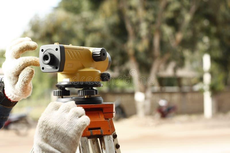 Surveryor de route examinant une route nouvellement nivelée en Thaïlande photographie stock libre de droits