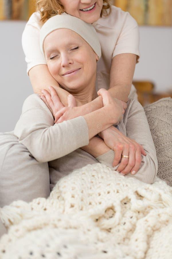 Survivant de tumeur trouvant la consolation photo libre de droits