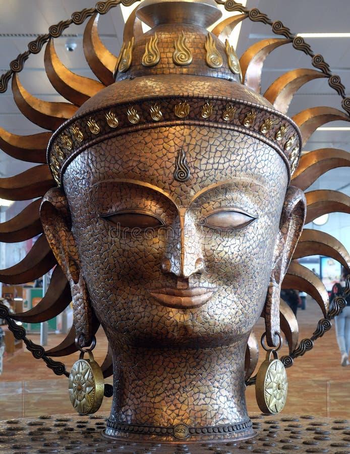 Surya, la estatua de oro grande en el aeropuerto internacional de Delhi imagen de archivo libre de regalías