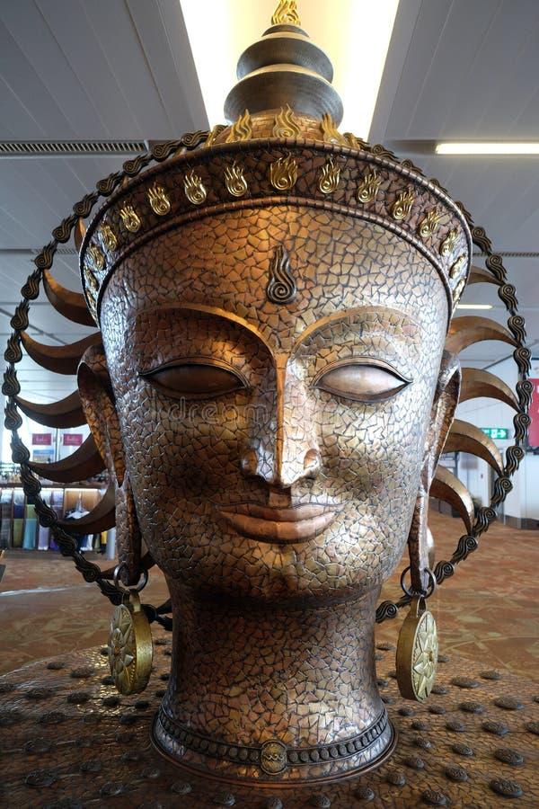 Surya, la estatua de oro grande en el aeropuerto internacional de Delhi fotografía de archivo