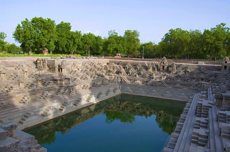Suryakunda, le réservoir a des étapes pour atteindre le fond et de nombreux petits tombeaux, complexe de temple de Sun Modhera, M photo libre de droits