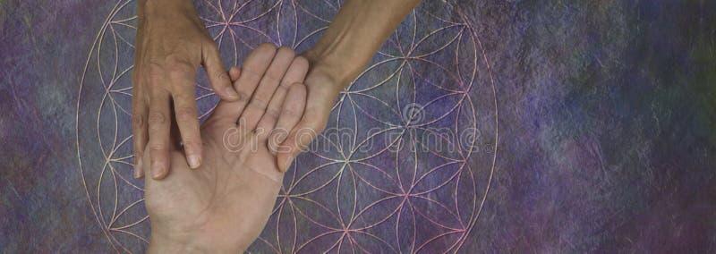 Sus palmas son un mapa de su vida última y futura foto de archivo libre de regalías