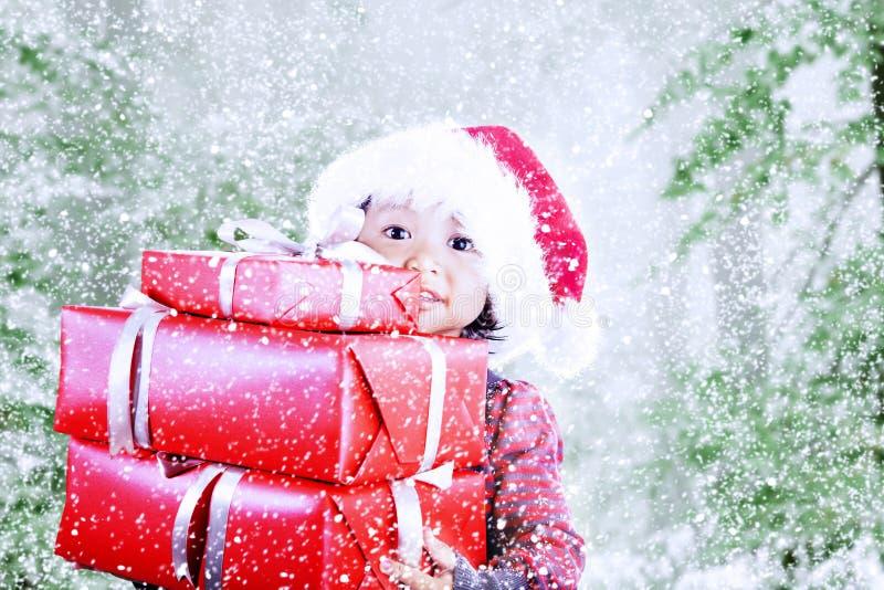 Sus regalos de Navidad en nieve del invierno fotografía de archivo libre de regalías